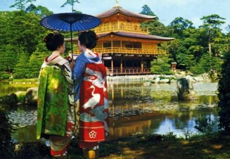 Ragazze in kimono davanti a Golden pavilion temple _ kyoto