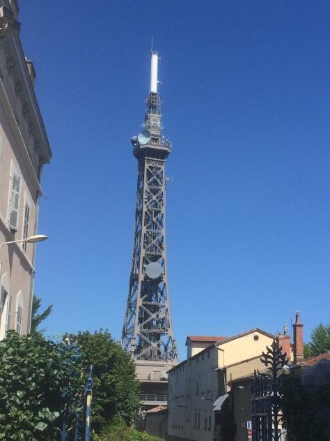 Tour Métallique de Fourvière - Rappresenta il potere laico della città contro il potere clericale della vicina basilica, contrario alla costruzione di un edificio più alto della stessa chiesa. Oggi serve da antenna radio e TV.