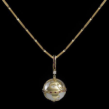 """Ciondolo in oro collezione """"Mappamondo"""" di Pia Mariani _ il globo all'interno può essere cambiato e si può scegliere tra diverse gemme (topazio, ambra, turchese....)"""