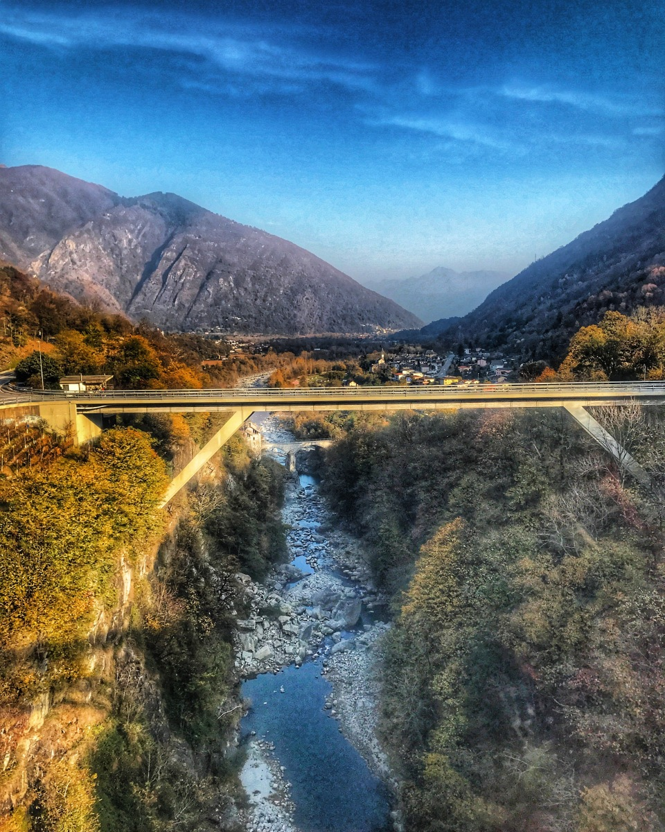 Autunno tra boschi incontaminati e valli dorate a bordo del treno del foliage.